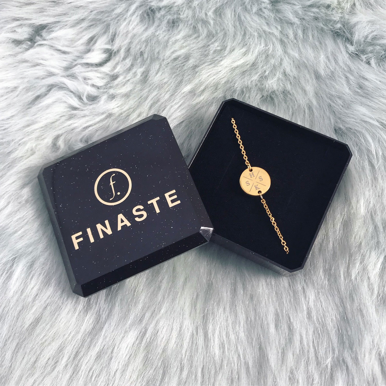 Vier initialen armband goud in sieradendoosje