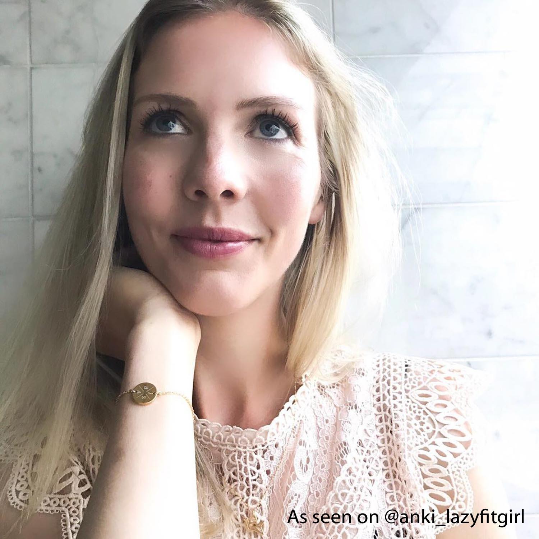Influencer Anki met armbandje met initialen