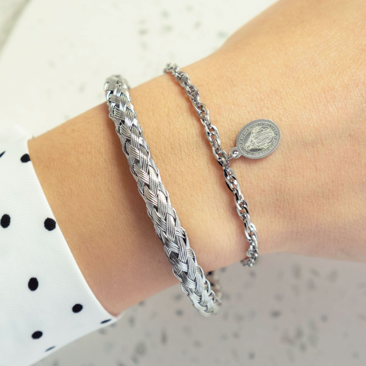 Braided bangle met maria armbandje en stippenblouse