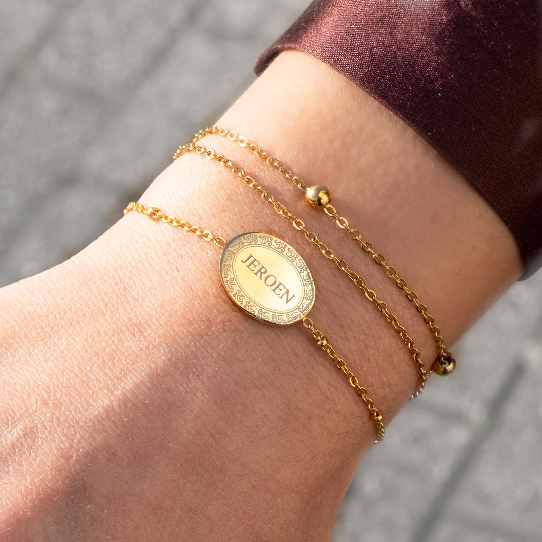 Meisje draagt armparty met mix van gouden armbandjes