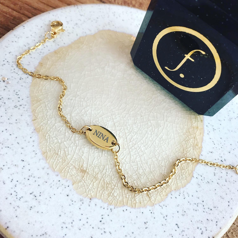 Gouden armbandje met gravering met sieradendoosje