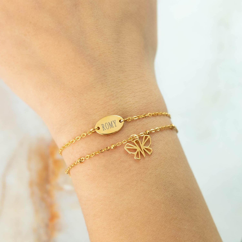 Pols met graveerbaar armbandje in het goud