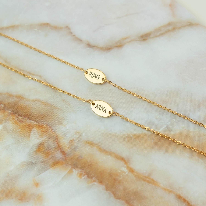 Verschillende gouden armbandjes op marmeren plaatje