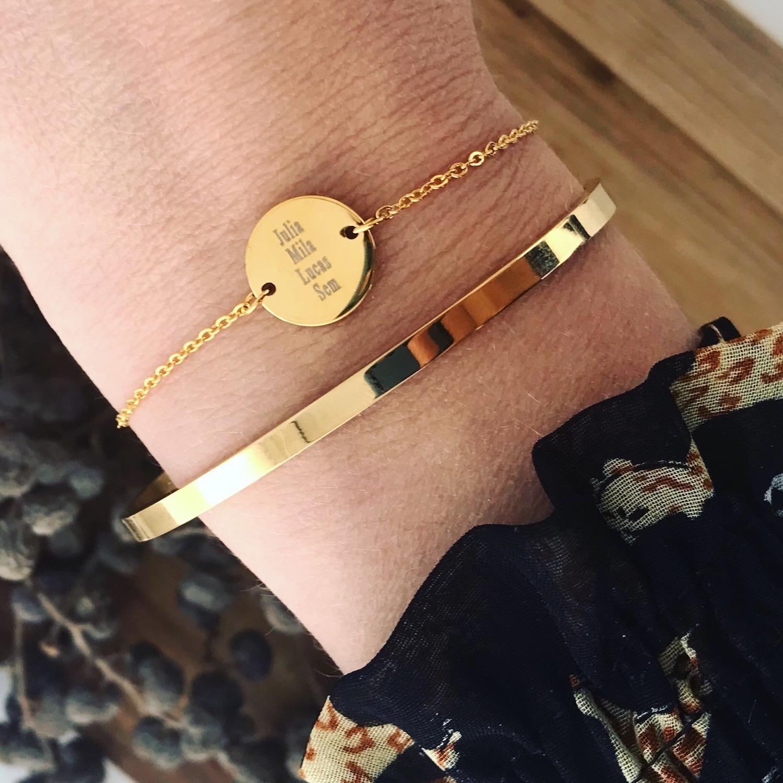 Gouden naam armband en bangle om pols