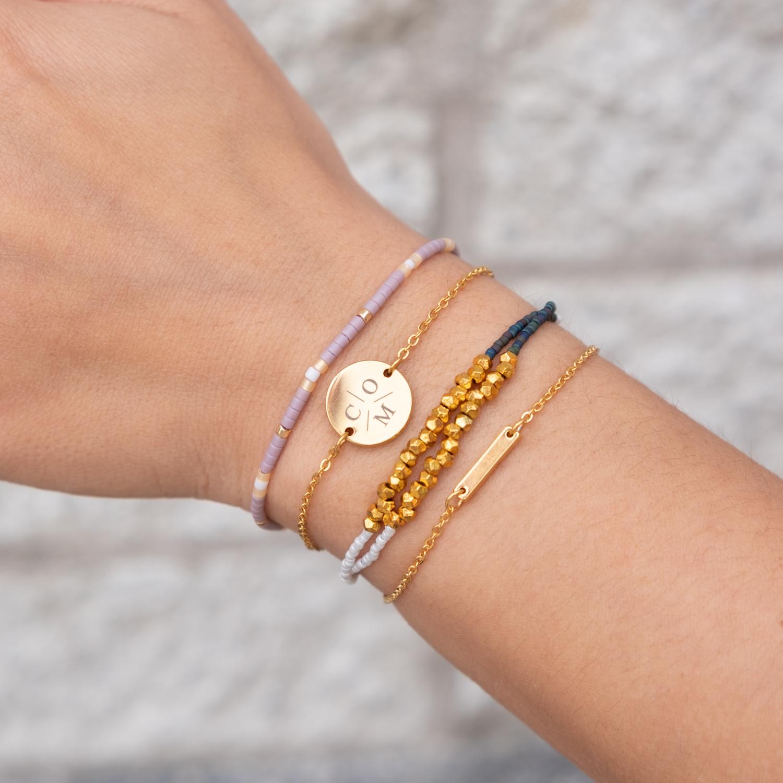 Gekleurde armbandjes in combinatie met graveerbare armbanden