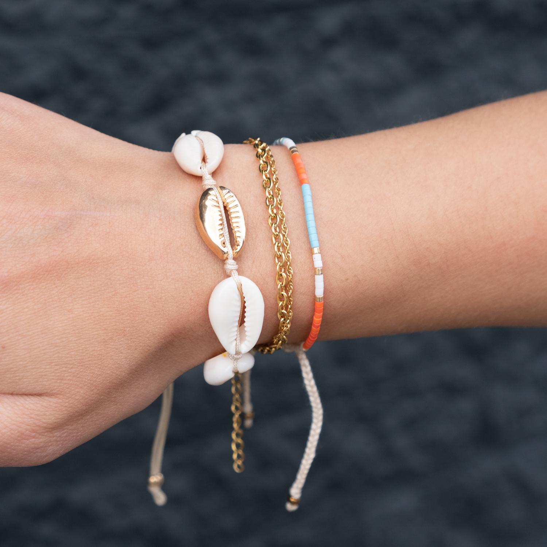 Schakelarmbandje samen met schelpen armband
