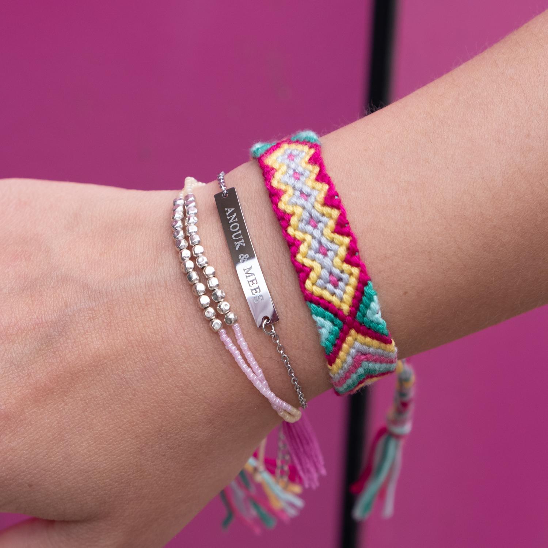 Gekleurde armbandjes samen met graveerbare armbanden