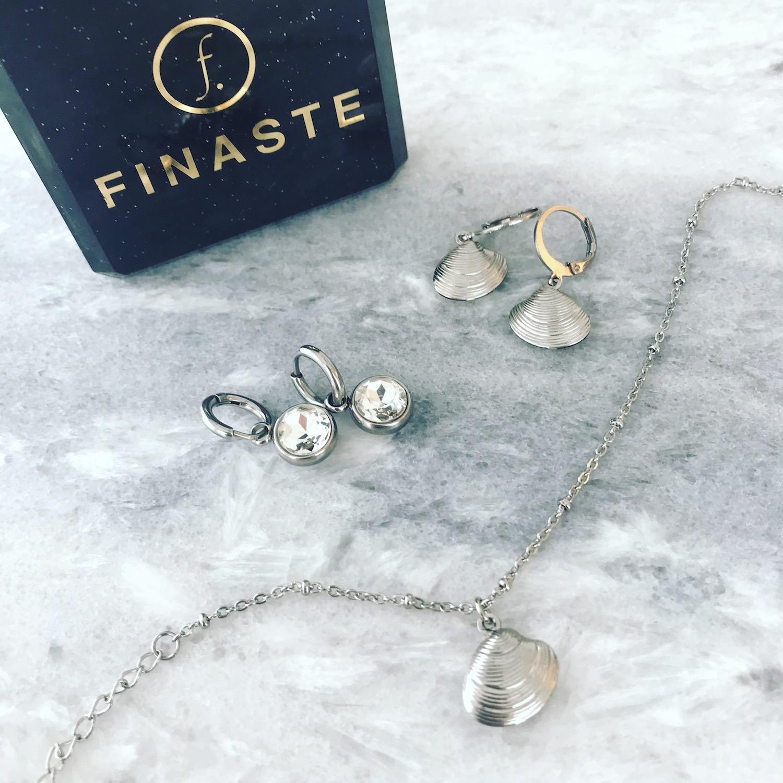 Zilveren sieraden op marmeren plaatje met sieradendoosje