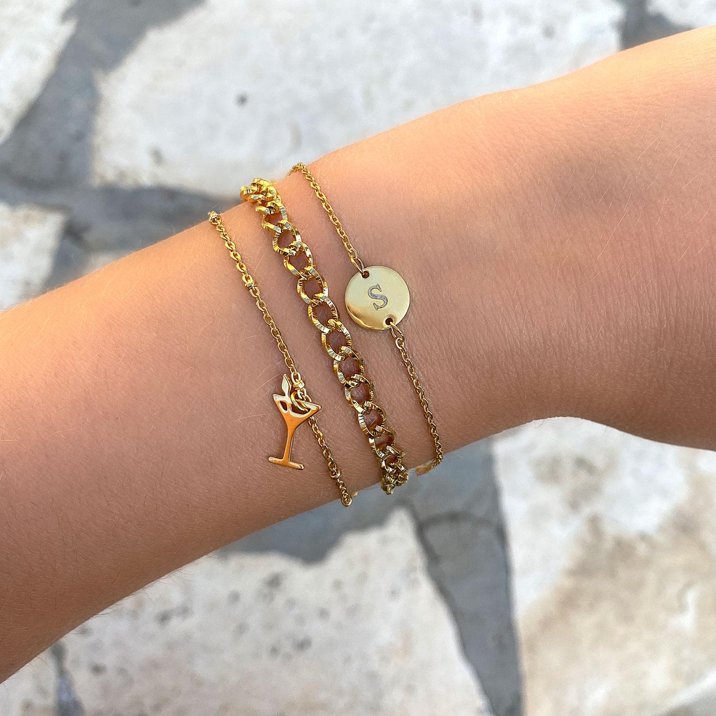 Gouden armbandjes om de pols voor een complete look