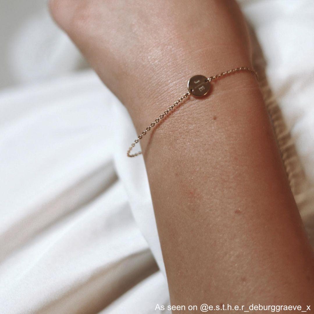 Gouden armband met 2 initialen bij influencer om pols