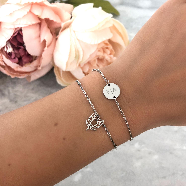 Armband met twee letters in combinatie met ander zilver armbandje
