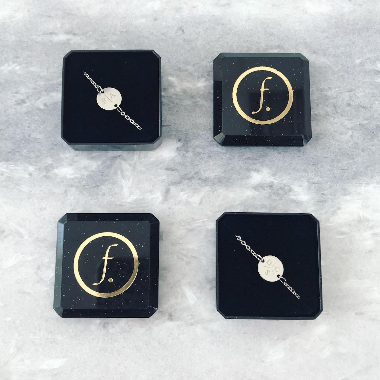 Zilveren armbandjes met letters