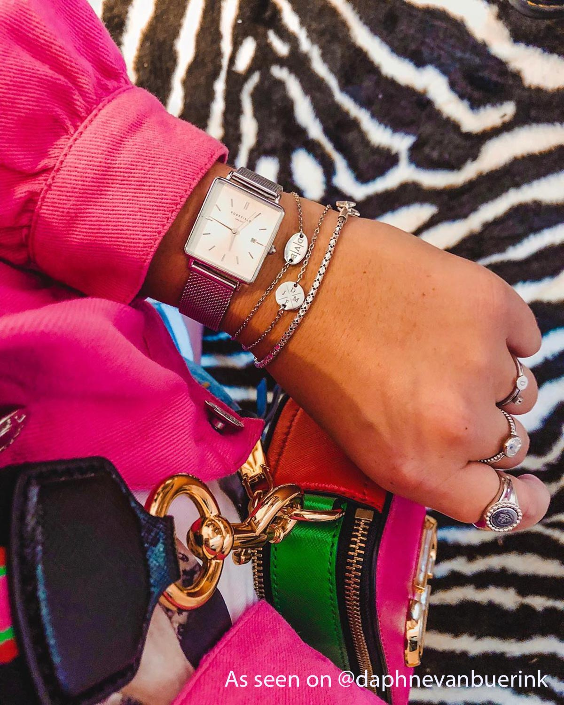 Influencer draagt zilveren armbandjes van Finaste