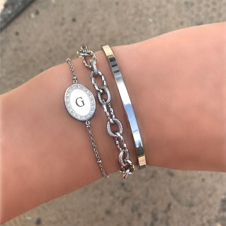Initial Armband om de pols met bangle en schakelarmbandje