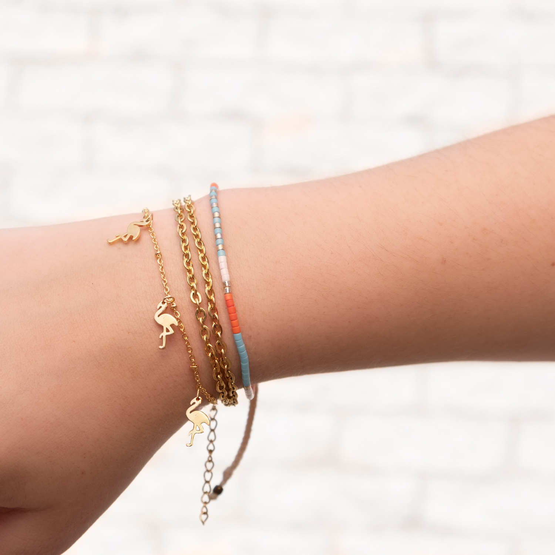 Gouden armband om de pols