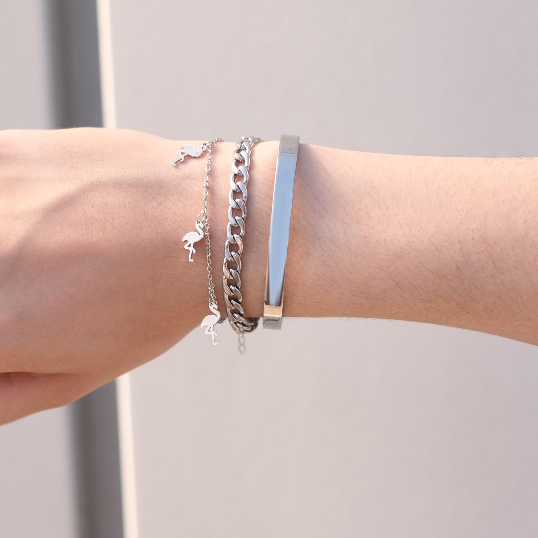 Zilveren armbandjes gemixt om pols bij meisje