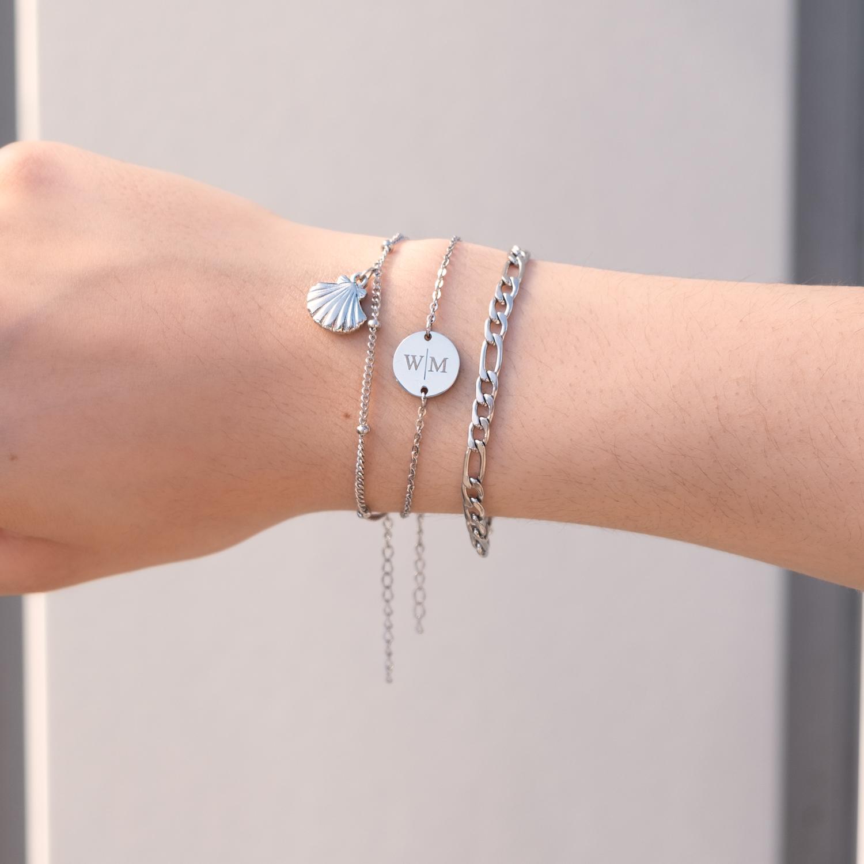 Zilveren armparty gemixt om pols