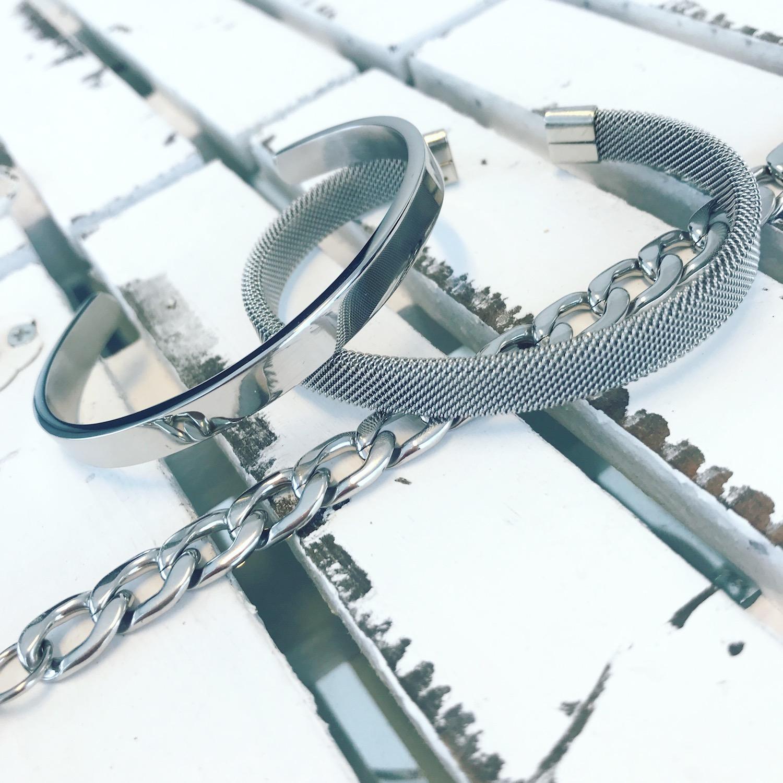 Zilveren armbanden op een houten plankje