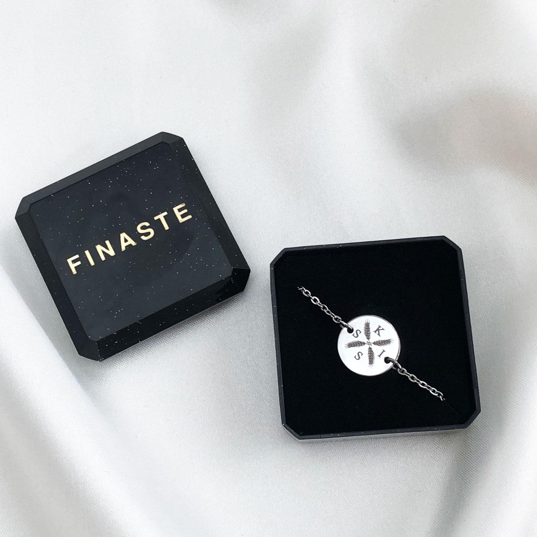 Zilveren armband met vier letters in een sieradendoosje