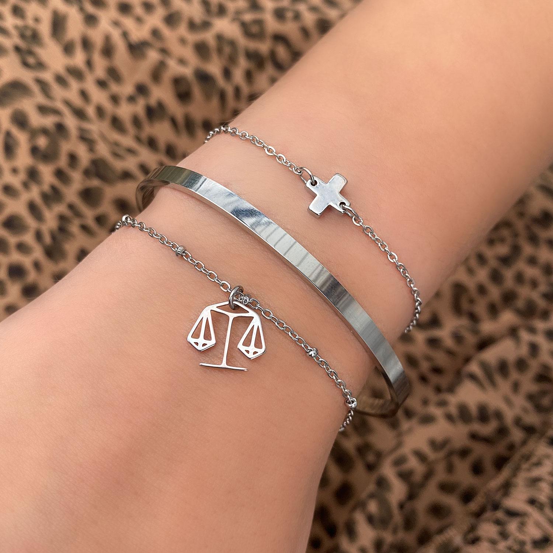 Leuke armband met een sterrenbeeld en een smalle bangle om de pols