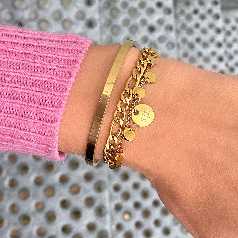 Muntjes armband om de hand voor een leuke look