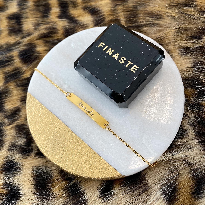 Gouden armband op een plaatje voor een complete look