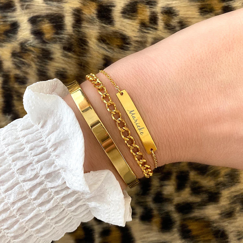 Vrouw draagt een gouden armparty om de pols voor een complete look