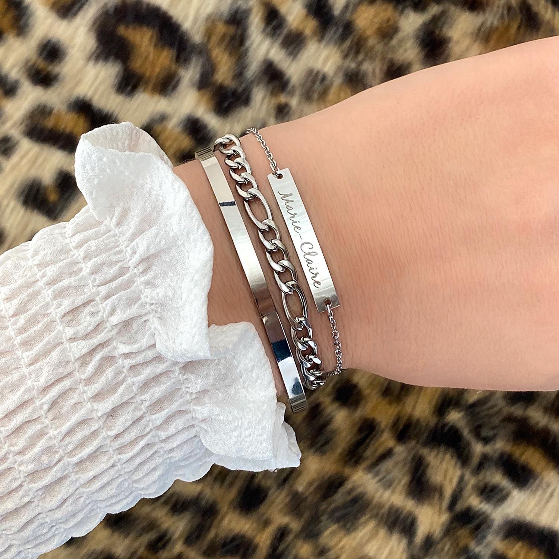 Vrouw draagt zilveren armbanden om de pols voor een complete look