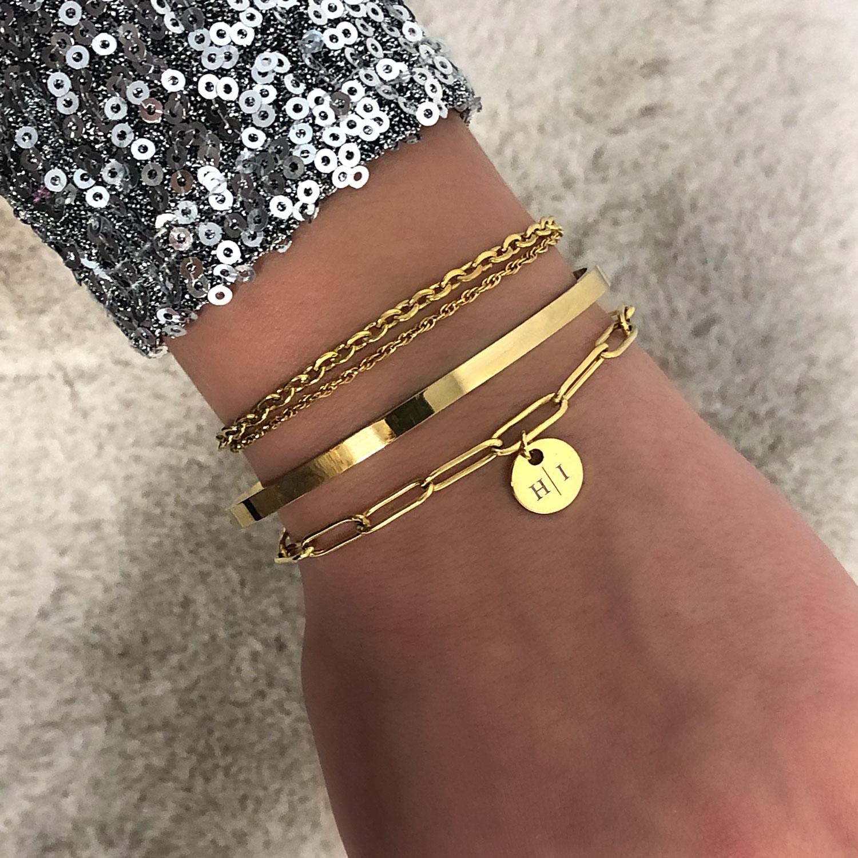 Armparty van gouden armbanden om pols bij vrouw