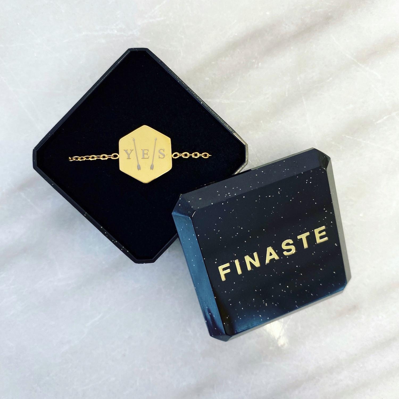 Gouden initialen armband met 3 letters in sieradendoosje