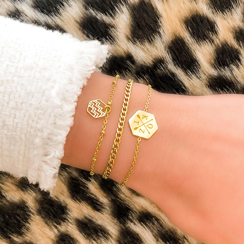 leuke gouden armbandje om de pols voor een complete look