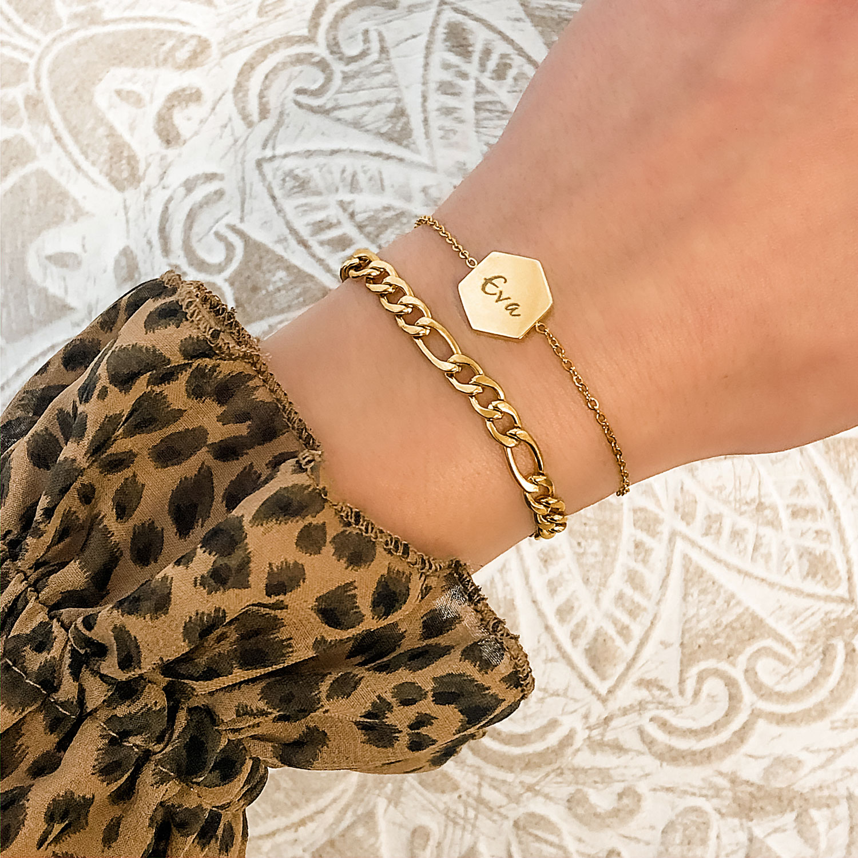 Mooie gouden armbandjes om de pols voor een fijne mix