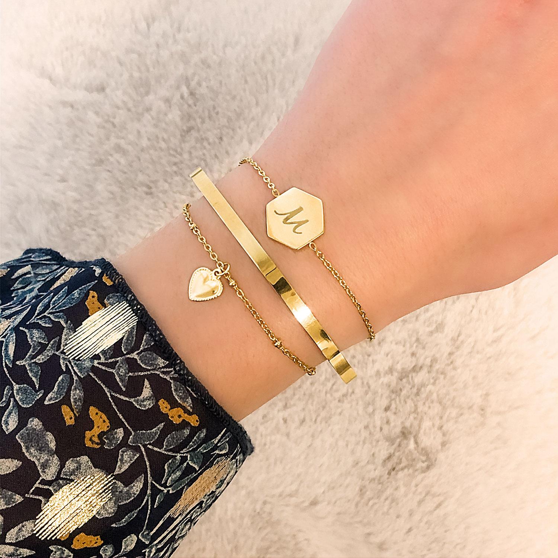 mooie armband met sierletter om de pols voor een party look