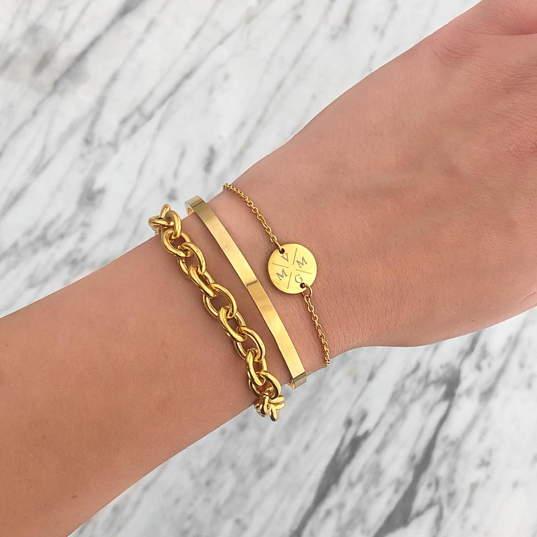 Armband met initialen om de pols met schakelarmband erbij
