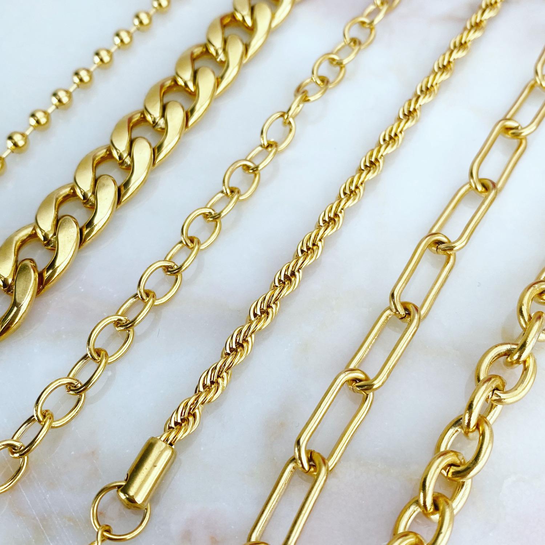 Trendy armbanden op een marmeren plaat