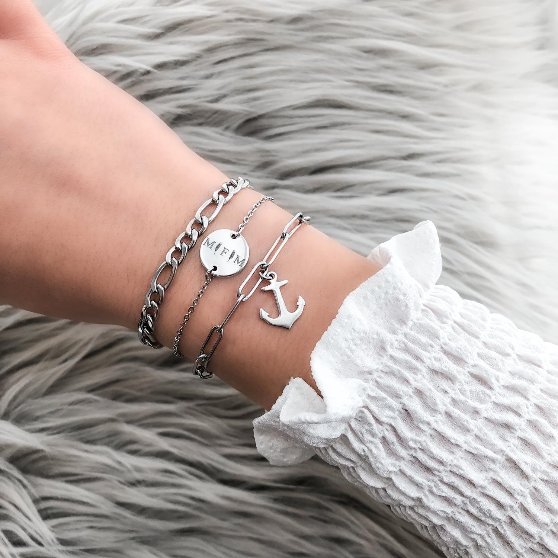 mooie armparty in het zilver met een anker erbij
