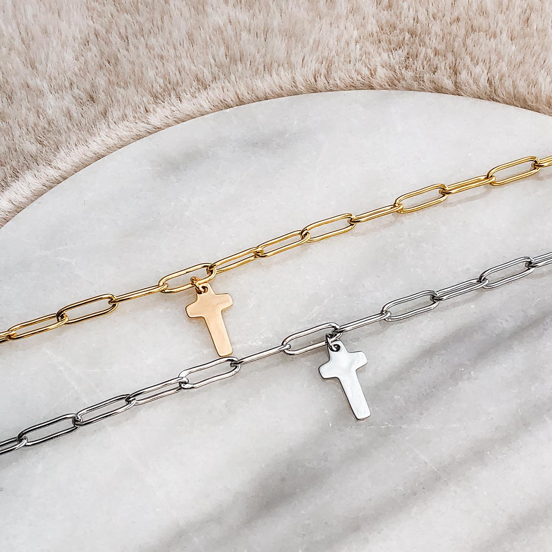 Gouden armbandjes met kruisje op een plaatje