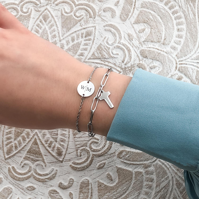 mooie armband met letters om de pols