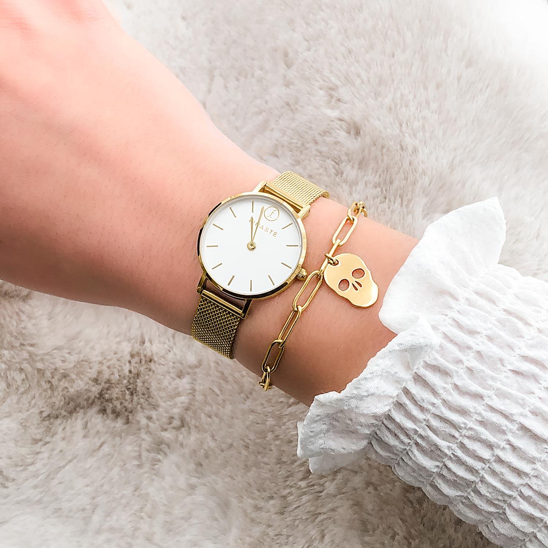 Gouden armband met skull om de pols met horloge