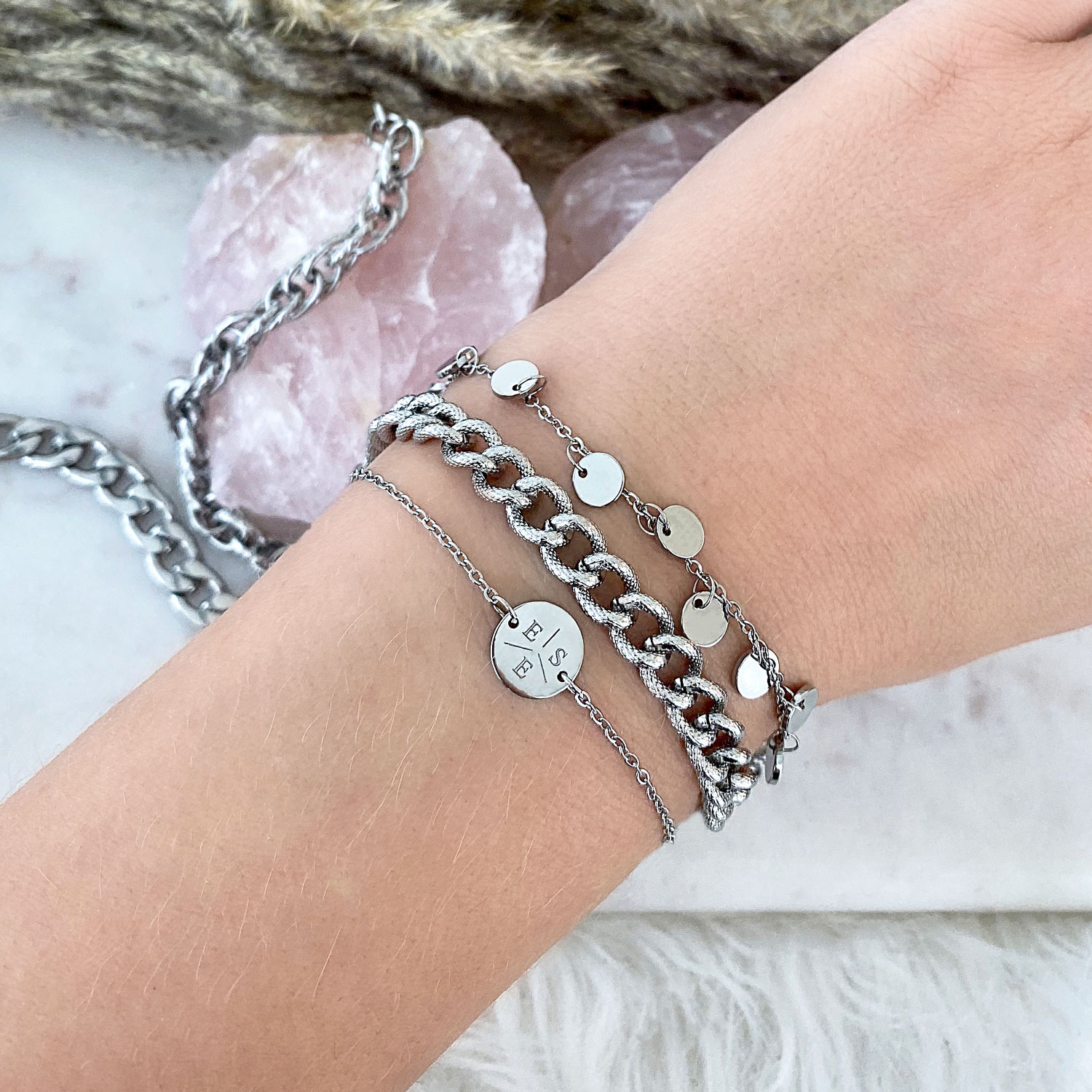 Combinatie van trendy armparty om pols