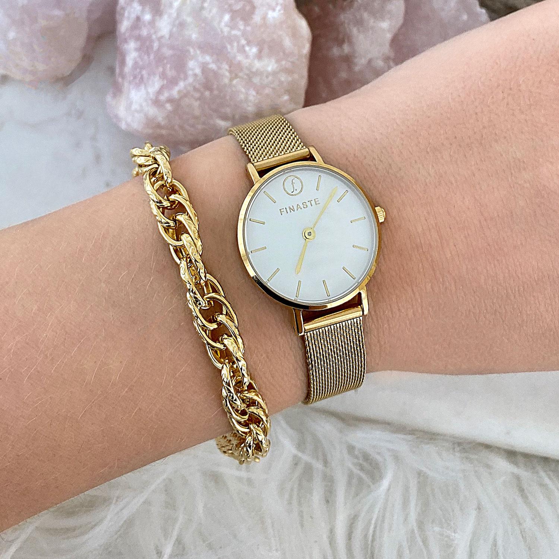 Gouden horloge gemixt met gouden schakelarmband