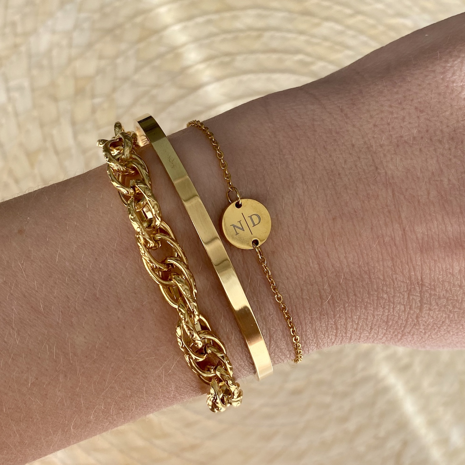 Gouden armparty met bangle om pols