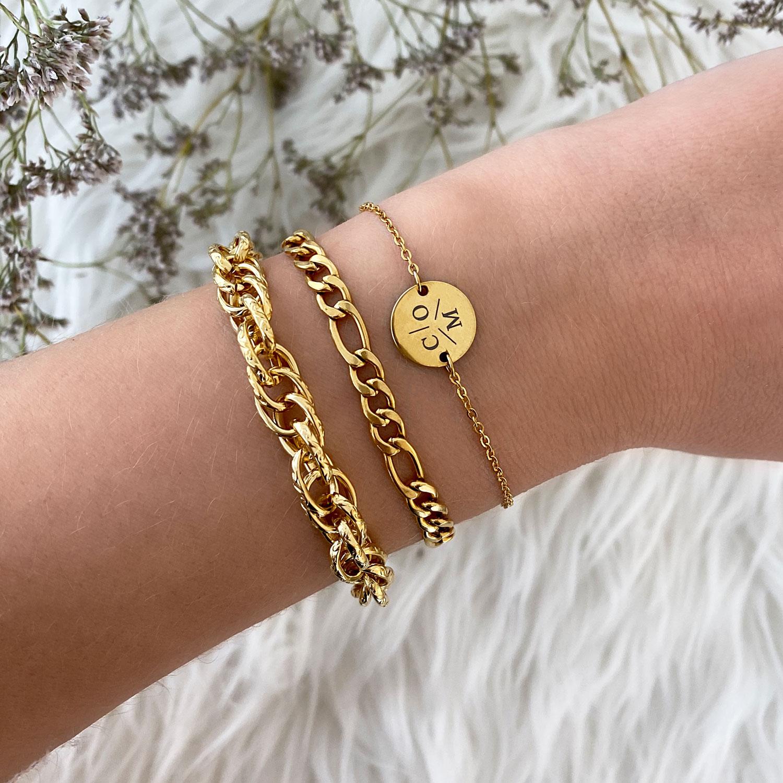 Gouden armparty met initial armbandje en schakelarmbanden
