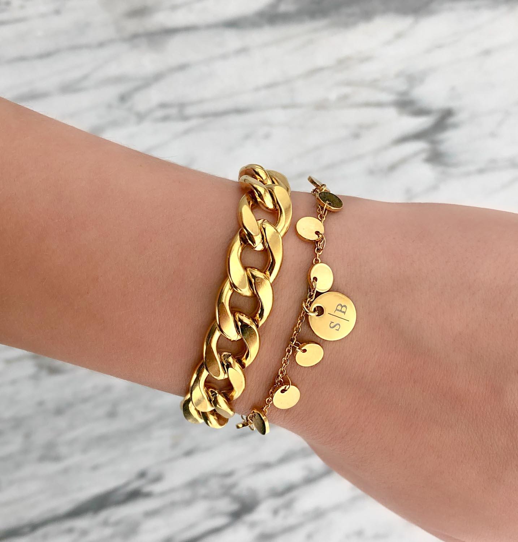 Trendy mix van armbanden om de pols voor een complete look