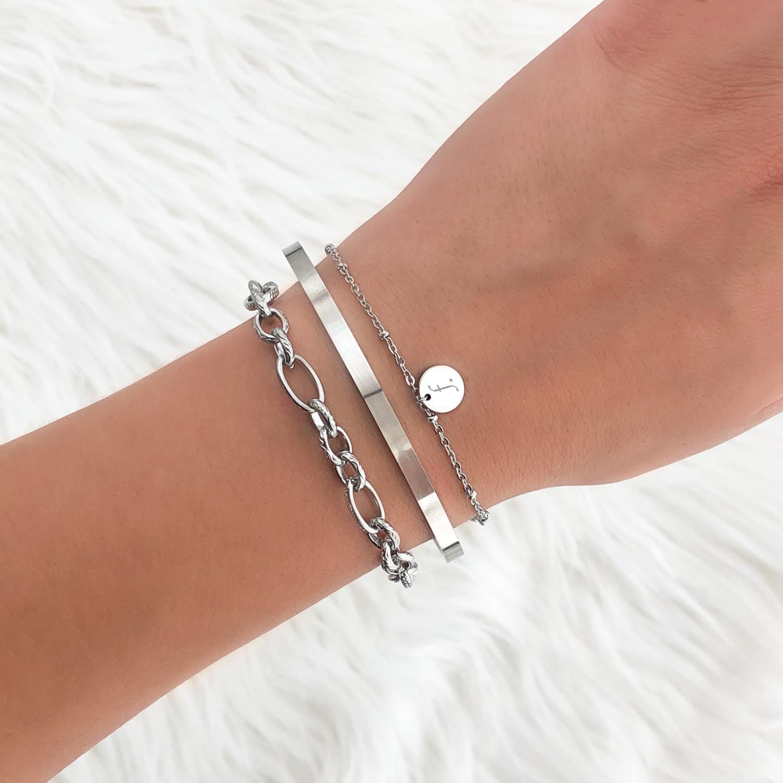 Trendy armbandje met logo om de pols voor een trendy look