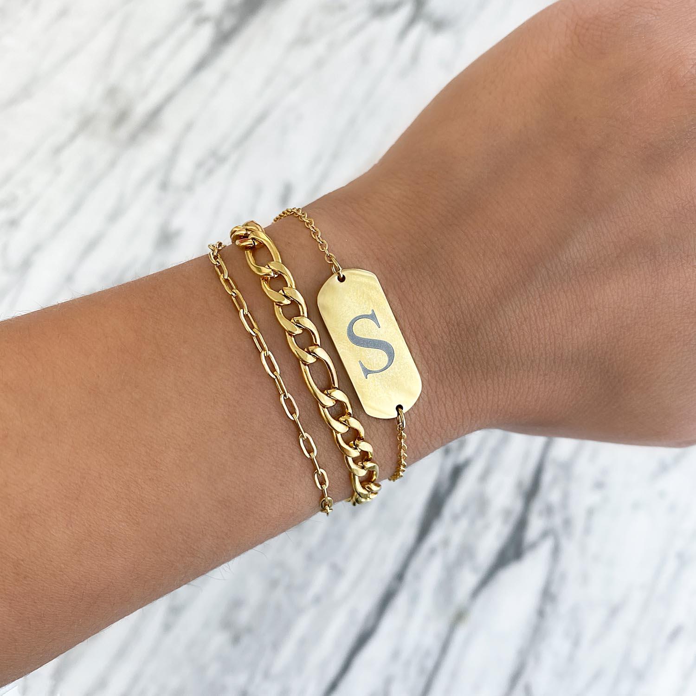 Grove armband met een bar om de pols met jouw letter