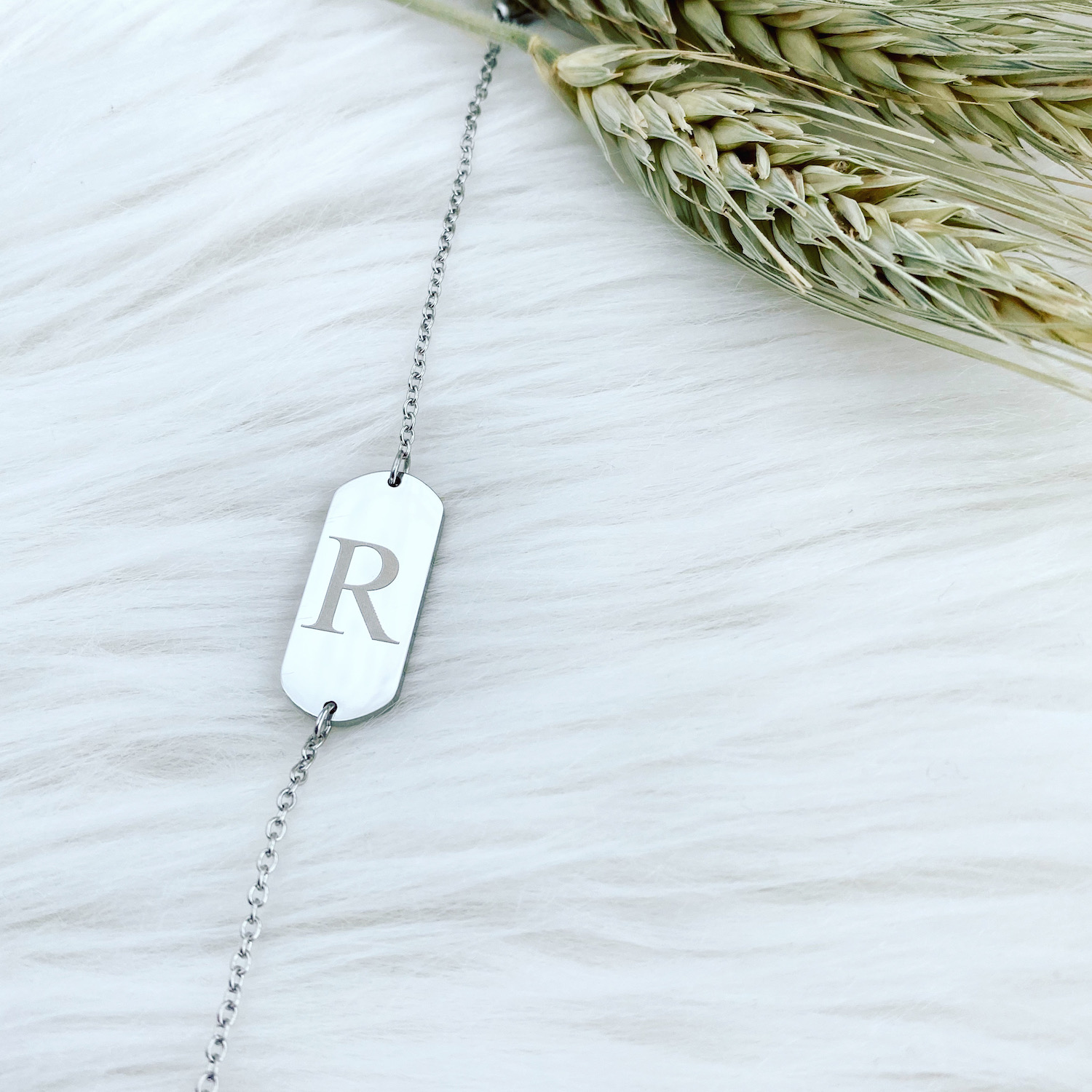 Stainless steel initial armband op vachtje