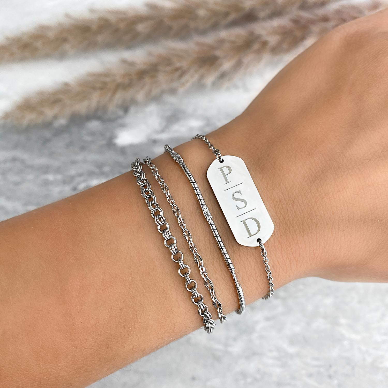 zilverkleurige armband met drie initialen om te kopen