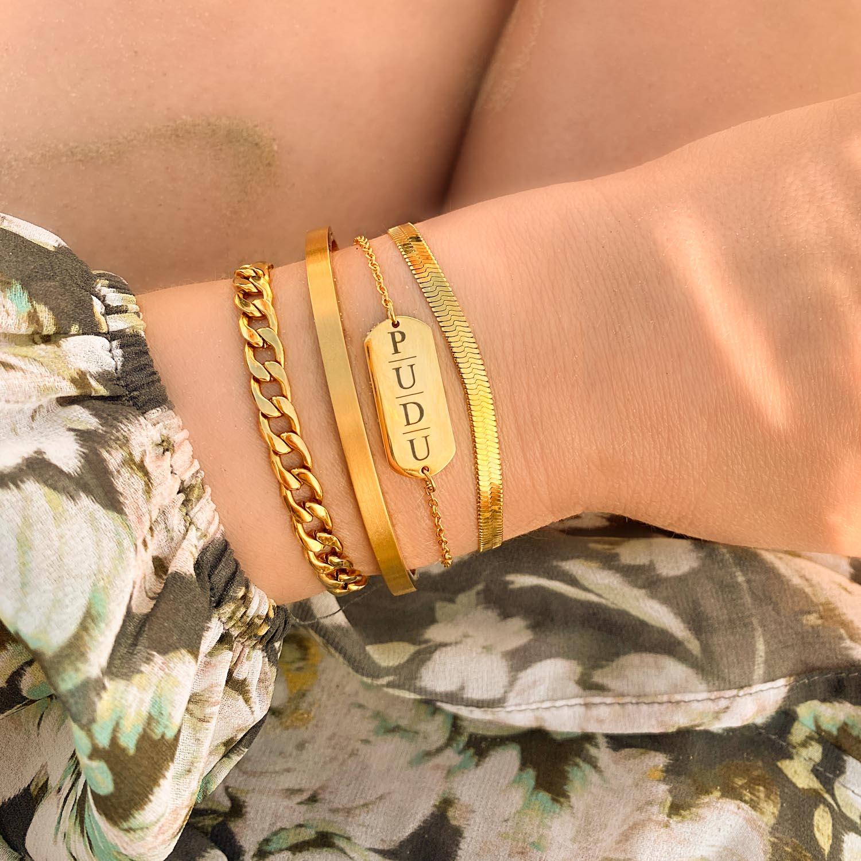 Trendy armband met letters om de pols voor een complete look