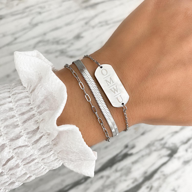 Trendy armband met gravering om de pols